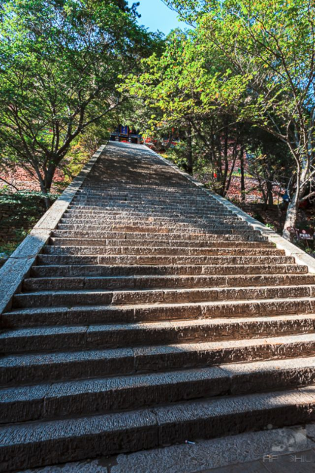 Steep stairs to the top most temple at Heng Shan.