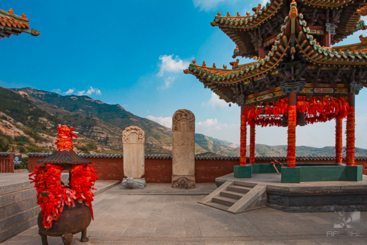 Mountain scenery from a temple courtyard